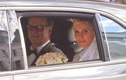 Váy cưới tiền tỷ của Nicky Hilton bị vướng vào bánh xe Bentley