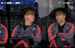 Chicharito trượt chân sút hỏng phạt đền, Van Gaal trợn mắt nhìn Giggs
