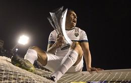Tevez ngồi lên nóc lưới ăn mừng chức vô địch quốc gia Argentina