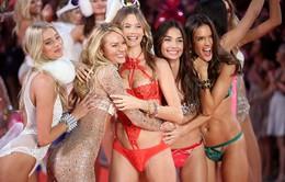 'Đứng hình' với vẻ đẹp các thiên thần trong Victoria's Secret Fashion Show 2015