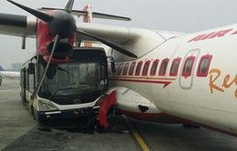 Xe buýt chở phi hành đoàn đâm vào máy bay tại Ấn Độ