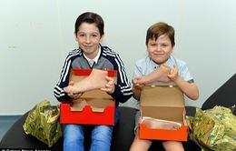 Món quà Giáng sinh ý nghĩa dành cho hai anh em khuyết tật yêu bóng đá