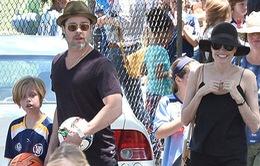 Vợ chồng Jolie-Pitt tình cảm đi xem bóng đá