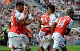 """Arsenal ăn may 10 người Newcastle nhờ bàn thắng """"trời cho"""""""