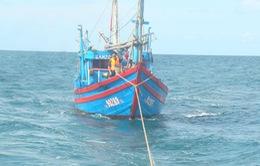 Đưa 10 ngư dân gặp nạn ở Trường Sa vào bờ an toàn
