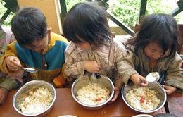 Tặng bữa trưa cho học sinh dân tộc ở Mường Nhé, Điện Biên