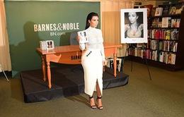 Kim mặc kín đáo ra mắt sách ảnh đầu tay