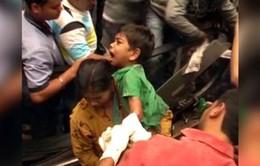 Ấn Độ: Giải cứu bé trai kẹt tay trong thang cuốn