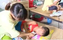 Ăn phải bột tẩy bồn cầu tại trường mầm non, 4 trẻ bị ngộ độc
