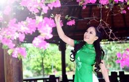 Nghệ sĩ hài Việt Hương e ấp với tà áo dài truyền thống