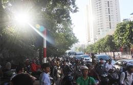 """Hà Nội: Hàng vạn người """"chôn chân"""" dưới nắng nóng ngày đầu thi THPT Quốc gia"""