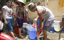 """Mất nước kéo dài, người dân Hà Nội """"cầm cự"""" trong nắng nóng"""