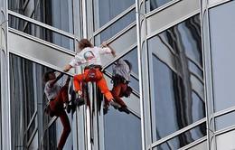 """Thót tim xem """"người nhện"""" leo tòa nhà 36 tầng trong 30 phút"""