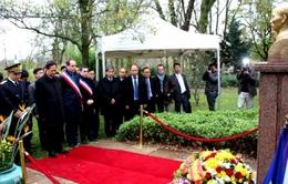 Thủ tướng Nguyễn Tấn Dũng thăm khu tưởng niệm Bác Hồ tại Montreuil