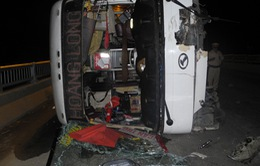 Quảng Ngãi: Lật xe khách, nhiều người bị thương