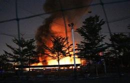 TP.HCM: Kho chứa hàng nội thất cháy dữ dội trong đêm