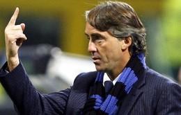 """Mancini """"nổ đom đóm"""" vì trúng nguyên trái bóng giữa mặt"""
