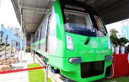 Người dân xếp hàng xem mẫu tàu điện Cát Linh – Hà Đông