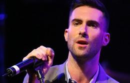 Adam Levine lỡ tay quăng mic trúng… đầu fan