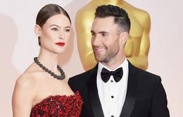 """Oscar 2015: Adam Levine bị vợ yêu """"hút hồn"""""""