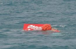AFP: Đuôi chiếc máy bay AirAsia đã được nâng khỏi mặt nước