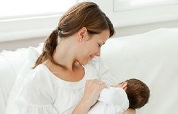 Vì sao cần cho trẻ bú sữa non trong 72 giờ sau sinh?