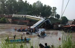 Pakistan: Sập cầu, tàu hỏa lao xuống sông khiến hơn 100 người thương vong