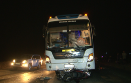 Vượt xe tải, xe khách đâm xe máy khiến 2 người tử vong