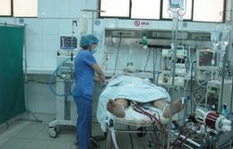 Mẹ khóc lặng nhìn con nguy kịch vì viêm cơ tim cấp