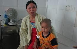 Mẹ nghèo khóc lặng trước cảnh con bị ung thư nguyên bào thần kinh