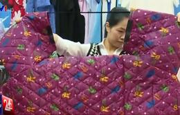 Nguy cơ tai nạn từ những chiếc áo chống rét kỳ lạ tại Hà Nội