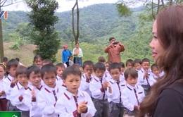 """Mang """"Áo mới đến trường"""" cho trẻ em nghèo Bắc Kạn"""