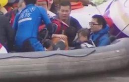 Cảm động khoảnh khắc em bé được cứu thoát khỏi máy bay Đài Loan