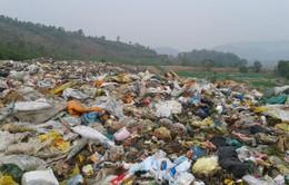 Hà Nội: Chậm di dời, bãi rác chất thành núi