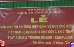 Bàn giao 2 vụ án vận chuyển tiền trái phép cho công an Campuchia