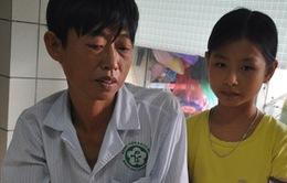 """Mẹ bị tâm thần, bé gái 9 tuổi một mình chăm bố ở viện trong cảnh """"không xu dính túi"""""""