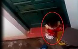 Vụ em bé ăn rác: Đình chỉ công tác 2 cô giáo
