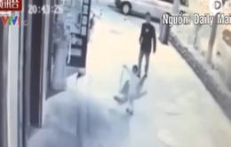 Trung Quốc: Cậu bé 3 tuổi bị tấn công giữa phố