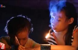 Ba cháu nhỏ ở Bến Tre vất vả học bài dưới ánh đèn dầu