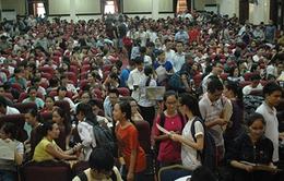 Nhà văn hóa ĐH Kinh tế Quốc dân chật kín người trong ngày cuối nộp, rút hồ sơ