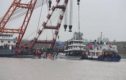 Bắt đầu trục vớt tàu chìm trên sông Trường Giang