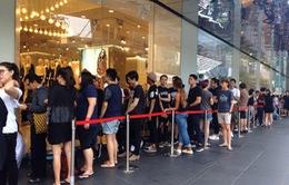 Người dân châu Á xếp hàng dài chờ mua đồ H&M