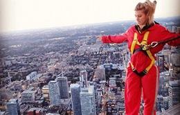 Bouchard định nhảy lầu từ độ cao 553m