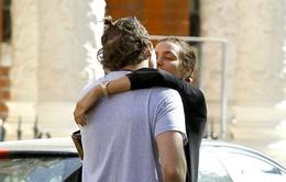 Bồ cũ của Ronaldo say đắm hôn Bradley Cooper giữa phố