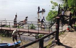 Chích điện bắt cá sau lễ Vu lan trên sông Sài Gòn