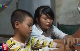 Nhọc nhằn đường đến trường của hai em nhỏ mồ côi ở Thái Bình