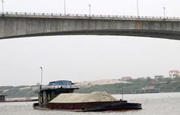 Phát hiện 3 nạn nhân chết trên tàu chở cát ở sông Hồng
