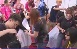 Giới trẻ TP. HCM cắt tóc ủng hộ bệnh nhân ung thư vú