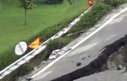 TP.HCM: Sườn dốc cầu vượt Thủ Đức sạt lở sau mưa lớn
