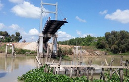 Cầu ở Long An vừa khánh thành đã sập: Do tải trọng bê tông quá lớn